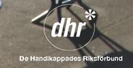 Logotyp: Bakgrunden är en bild i gråton från en gatumiljö. I mitten en vit cirkel med texten 'dhr' i och 'De Handikappades Riksförbund' under.